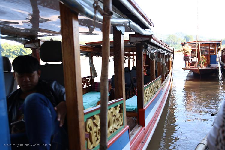 laos ciekawe miejsca - łódź na mekongu